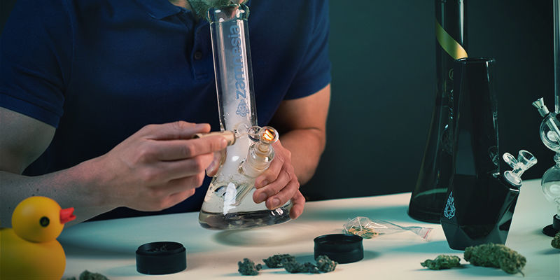 Gebruik Bong: Zet de bong aan lippen en steek bowl aan