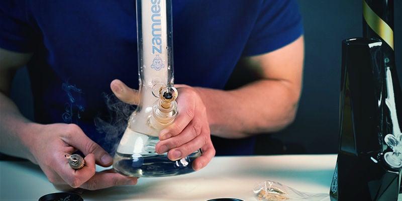 Gebruik Bong: Laat carb-gat los en inhaleer
