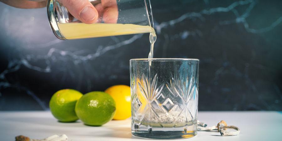 Lemon Tek-instructies: Pers De Citroenen Uit En Giet Het Sap Over Het Poeder