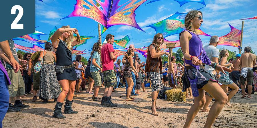Dans op een psychedelisch festival