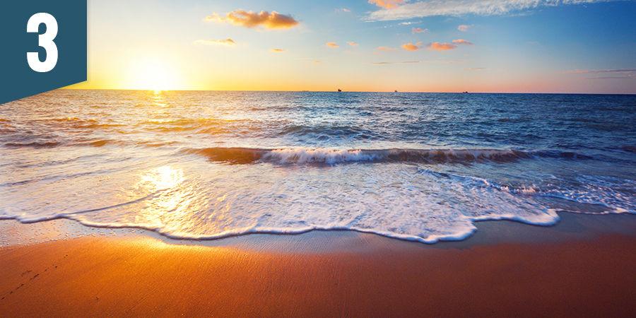 Geniet van een zonsondergang op het strand