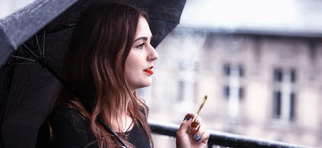 Wiet roken op het balkon of dak