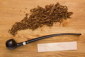 Houten pijp met tabak