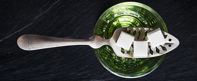 Absint glas met suikerklontjes