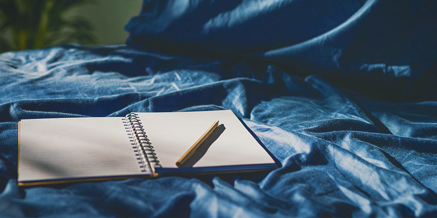 Dromen onthouden: kladblok en pen naast bed