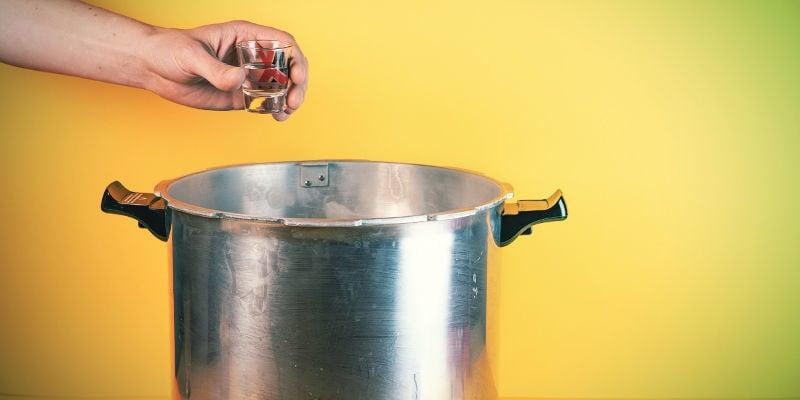 Paddo-Sporenspuit: Begin met het steriliseren van het water in het borrelglas of schaaltje