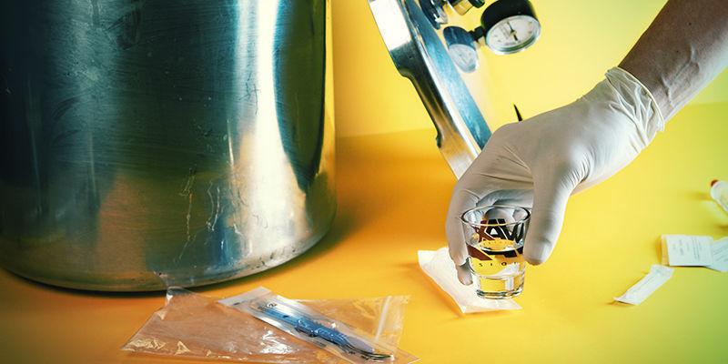 Paddo-Sporenspuit: Haal het borrelglas of schaaltje met water uit de snelkookpan
