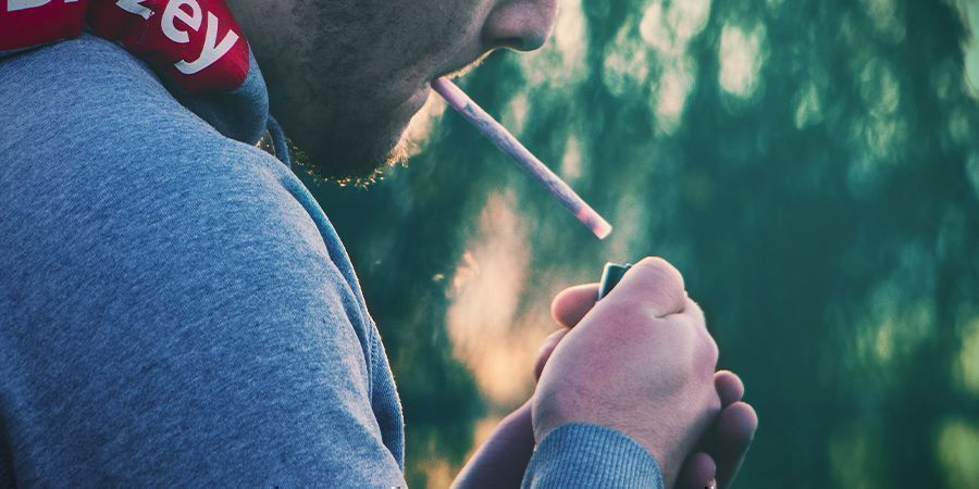Hoe Steek Je Een Joint Aan?