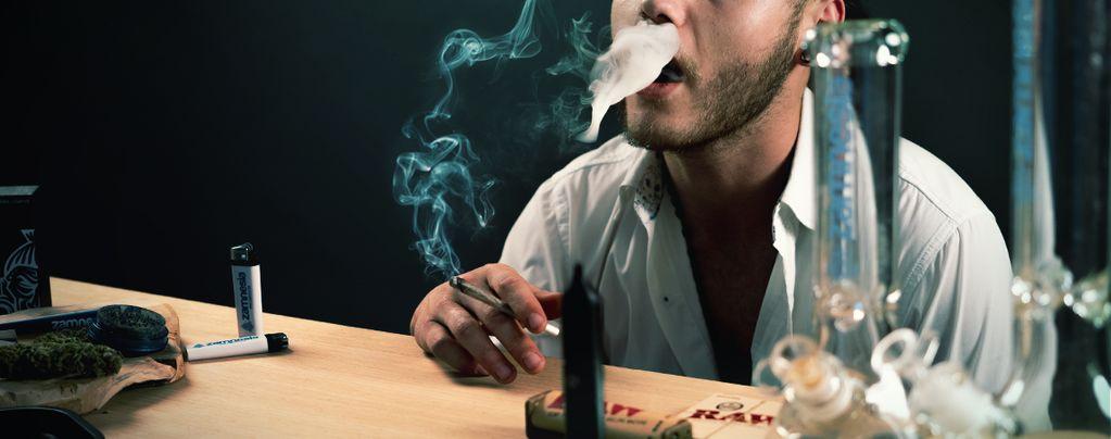 De Optimale Tijd Om Je Cannabisrook Binnen te Houden