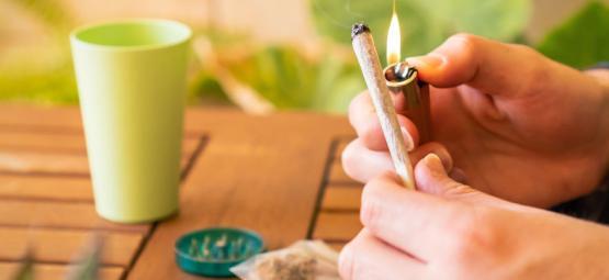 Wake En Bake: De Beste Cannabis Soorten Voor Een Trekje in de Ochtend